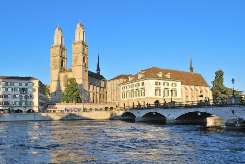 Zurich. Grossmunster kościół i Limmat rzeki bulwar fotografia royalty free