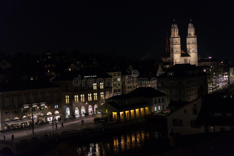 Zurich Schweiz historiskt centrum vid natt med ljus royaltyfria foton