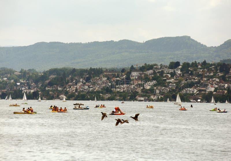 Zurich Schweiz - Juni 03, 2017: Katamaran och fartyg på Zur royaltyfri foto