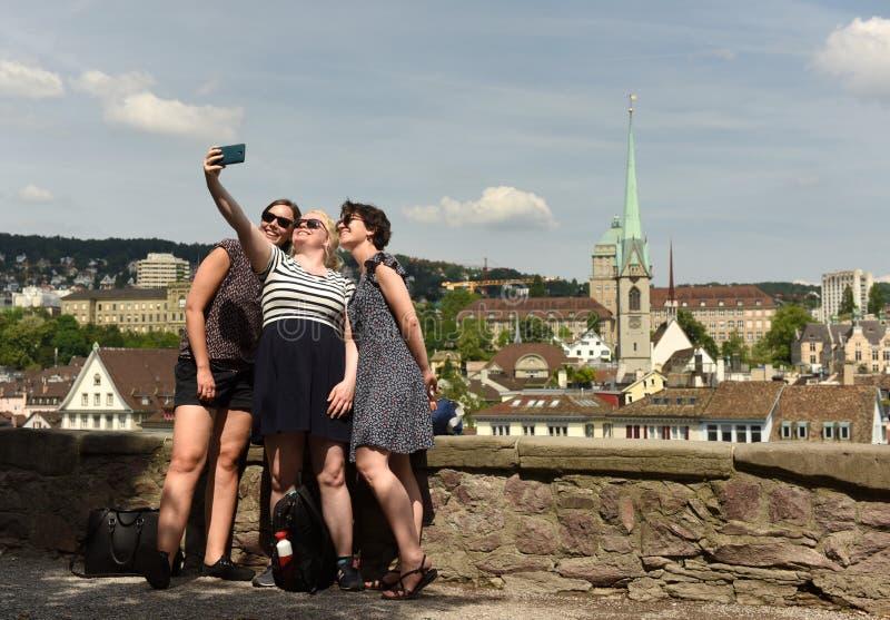 Zurich Schweiz - Juni 03, 2017: Unga kvinnor gör selfie arkivfoton