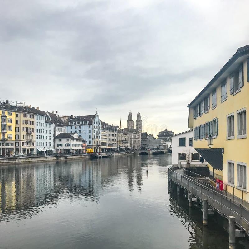 Zurich Schweiz - mars 2017: Sikt av det historiska Zurich centret på molnig dag för vår arkivfoton