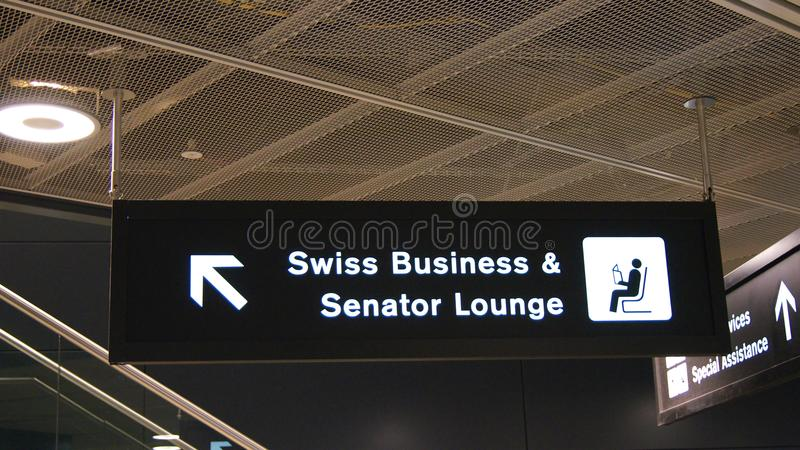 ZURICH, SUISSE - 31 mars 2015 : signe d'aéroport aux affaires SUISSES et sénateur Lounge à l'intérieur du terminal photographie stock libre de droits