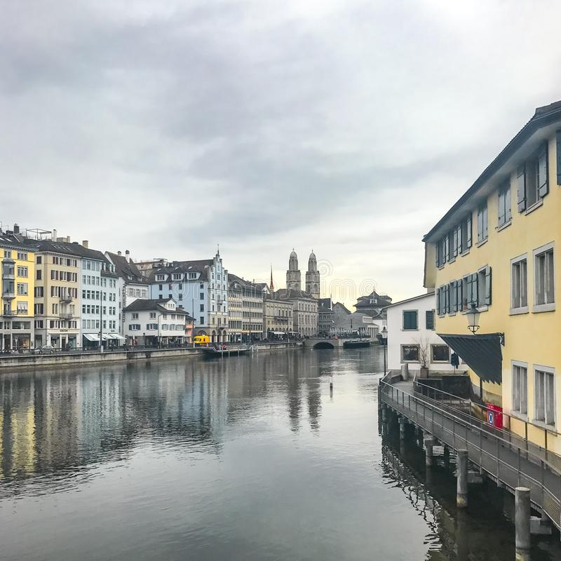 Zurich, Suisse - mars 2017 : Vue de centre de la ville historique de Zurich le jour nuageux de ressort photos stock