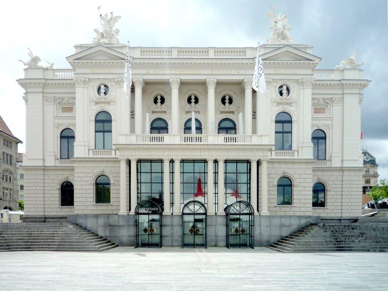 Zurich, Suiza, el 31 de mayo de 2017: opinión sobre el edificio clásico del teatro de la ópera fotografía de archivo