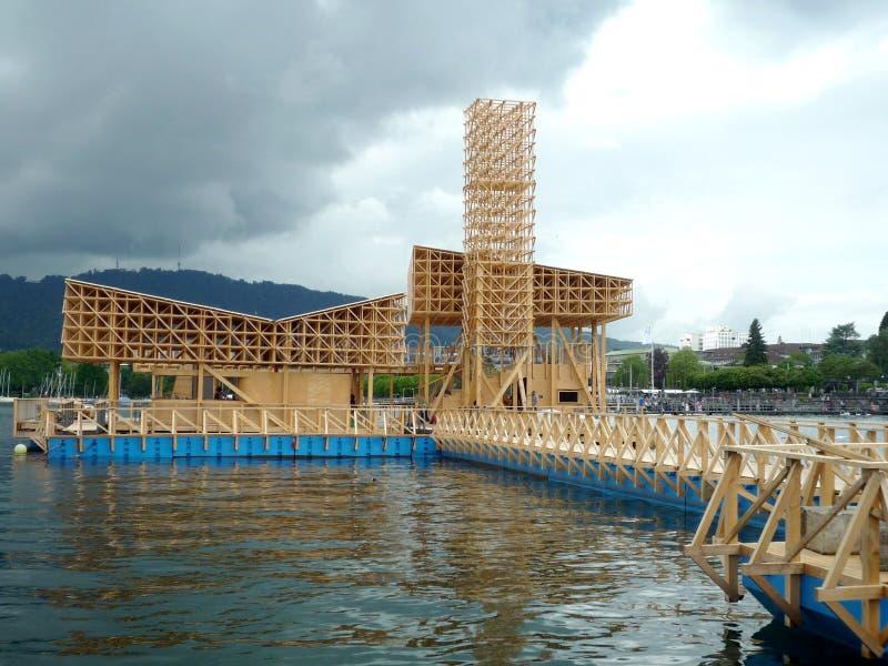 Zurich, Szwajcaria, Maj 31 2017: drewniany nowożytnego projekta budynek na jeziorze Zurich w chmurzącym dniu obraz stock