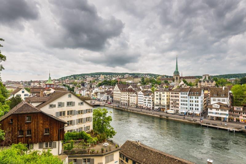 Zurich, vieille ville et rivière de Limmat un jour nuageux, Suisse photos stock