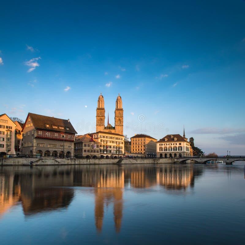 Zurich - vue avec l'église de Grossmunster photos libres de droits