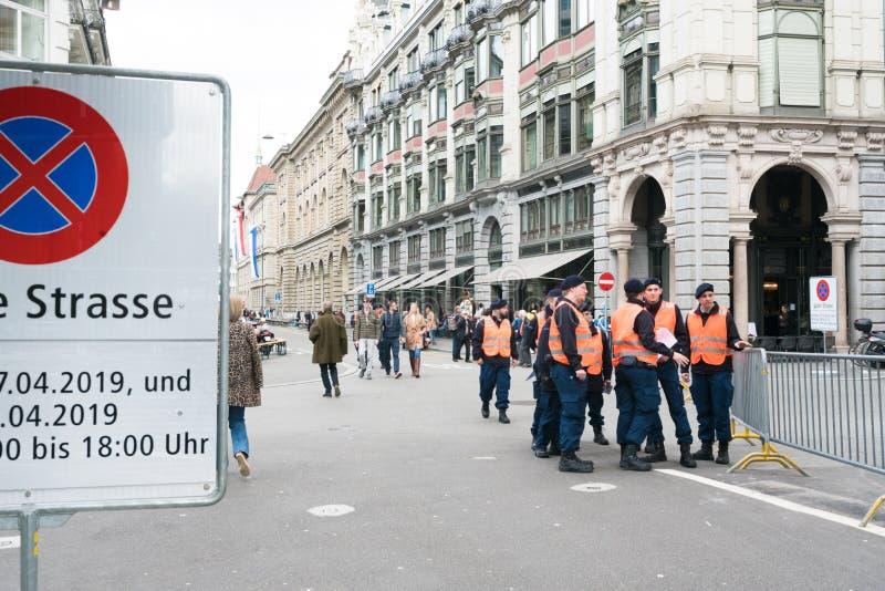 Zurich ZH/Schweiz - April 8, 2019: säkerhetspersonal rymmer en förhandsmöte under vårfestivalen Sechselauten i Zurich royaltyfria foton
