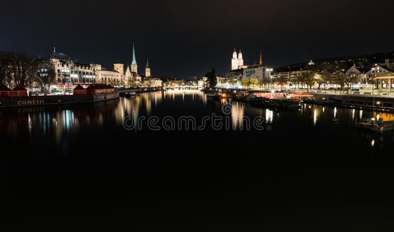 Zurich ZH, Szwajcaria, Styczeń,/- 4, 2019: nighttime miasta linia horyzontu widok Zurich z rzecznym Limmat zdjęcia royalty free