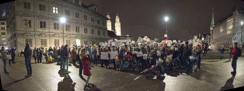 Zurigo, il 5 febbraio 2017 Protesti per solidarietà con la protesta contro il governo a Bucarest fotografia stock libera da diritti