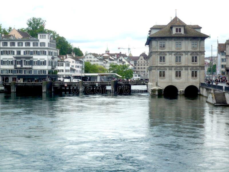 Zurigo, Svizzera, il 31 maggio 2017: vista su alcune vecchie costruzioni nel centro della città in un giorno nuvoloso immagini stock libere da diritti