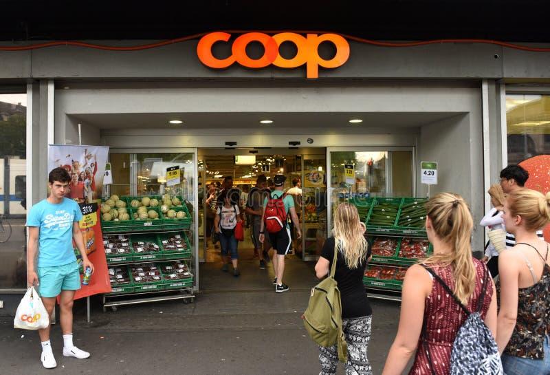 Zurique, Suíça - 3 de junho de 2017: Entrada no supermercado fotografia de stock