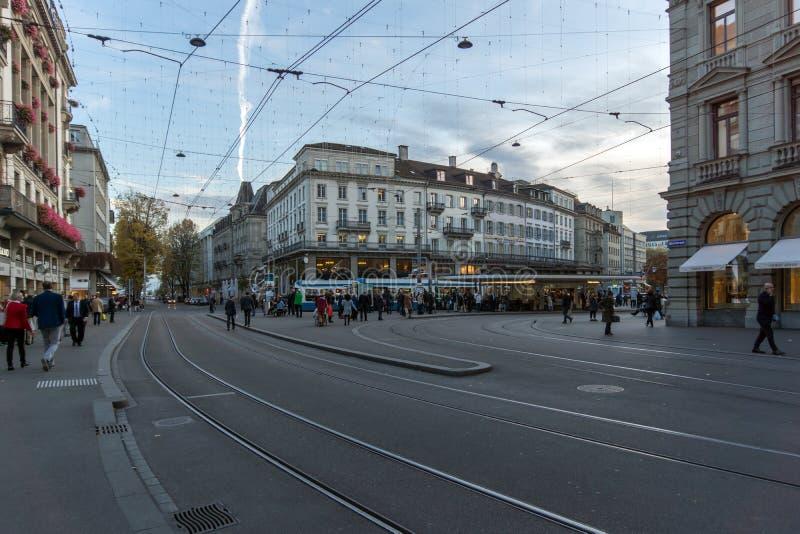 ZURIQUE, SUÍÇA - 28 DE OUTUBRO DE 2015: Rua de Bahnhofstrasse em Zurique, Suíça imagem de stock