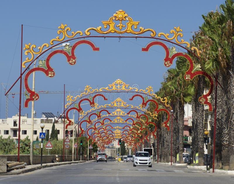Zurrieq Malta - september 2, 2015: panoramautsikt av den lilla byn i Malta, Zurieq Traditionell maltese festmåltidgarnering i Zur arkivbild