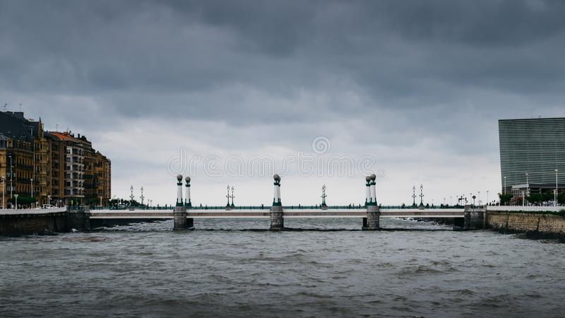 Zurriola bro, San Sebastian, baskiskt land, Spanien royaltyfria foton