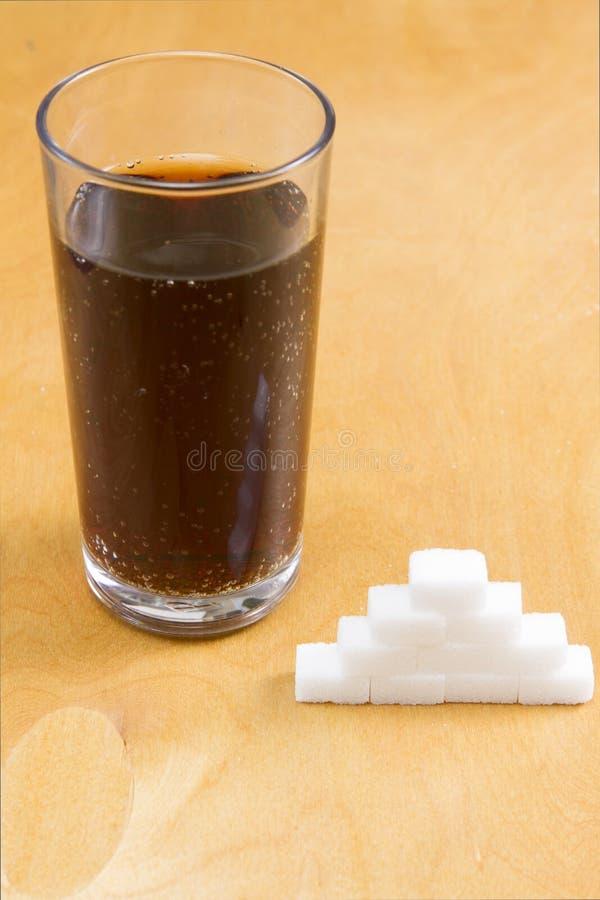 Zusätzlicher Zucker in den sprudelnden Getränken stockbild