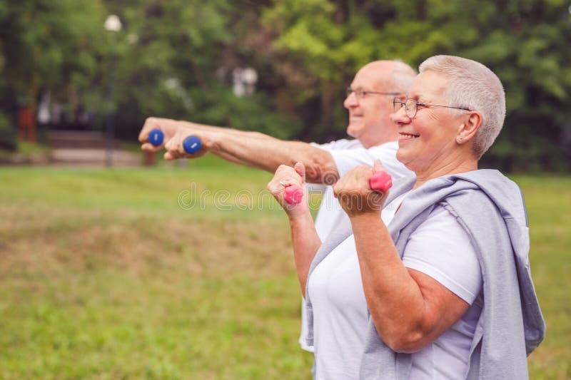 Zusammen wir Training besser - lächelndes älterer Mann und Frau practi stockbilder
