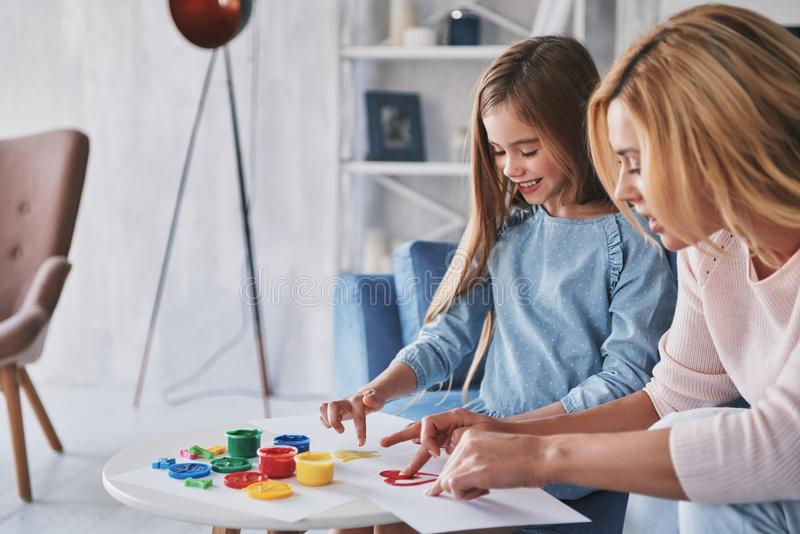 Zusammen zeichnen genießen Mutter- und Tochtermalerei mit Flosse lizenzfreie stockfotografie