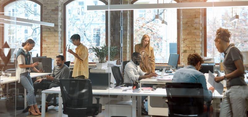 Zusammenarbeit bei Projekten Gruppe junger gemischter Geschäftsleute, die im Kreativbüro zusammenarbeiten Team lizenzfreie stockbilder