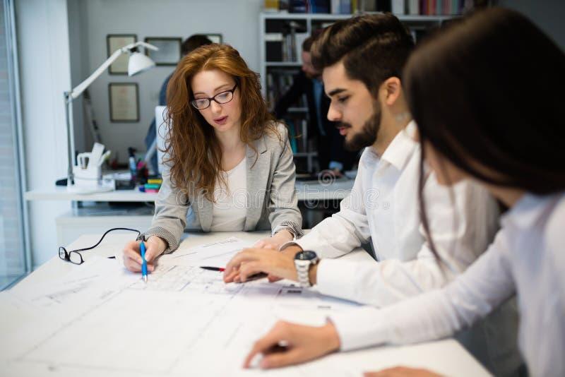 Zusammenarbeit und Analyse nach den Geschäftsleuten, die im Büro arbeiten lizenzfreies stockfoto