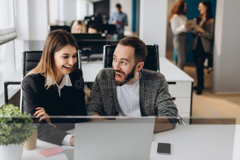 Zusammenarbeiten auf Projekt Zwei junge Geschäftskollegen, die an Computer arbeiten stockfoto