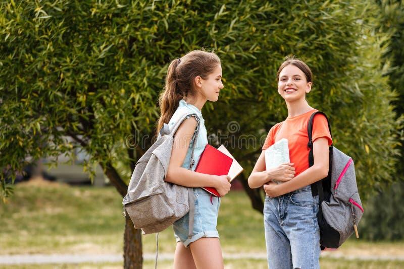 Zusammenarbeitende Schüler; Lachen und Umfassung lizenzfreie stockbilder