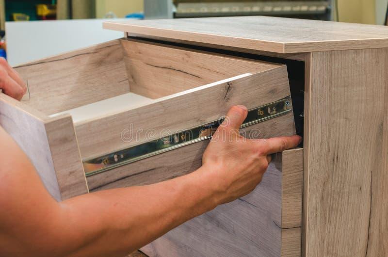 Zusammenbauen der Möbelnahaufnahme lizenzfreie stockfotografie