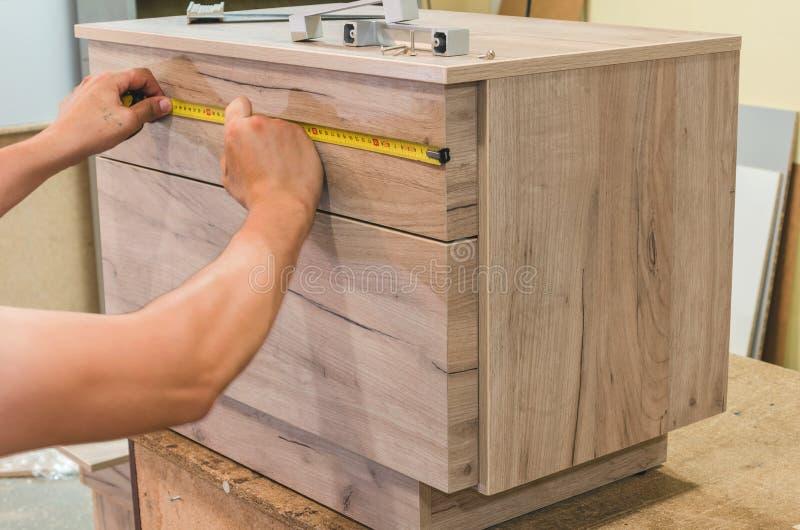 Zusammenbauen der Möbelnahaufnahme lizenzfreie stockbilder