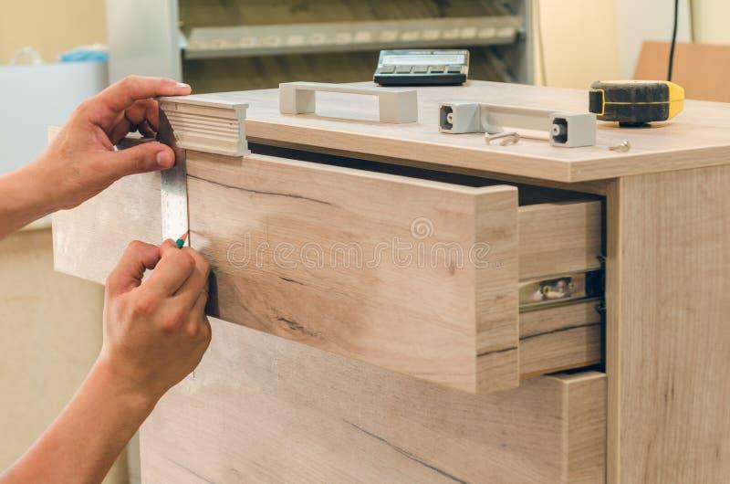 Zusammenbauen der Möbelnahaufnahme stockfotos