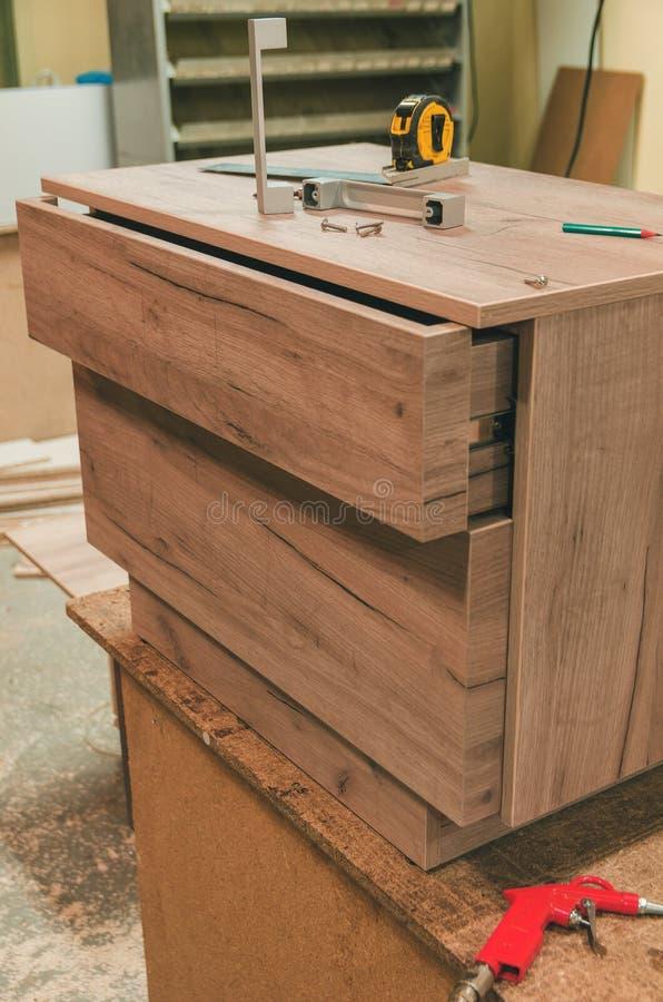 Zusammenbauen der Möbelnahaufnahme lizenzfreies stockfoto
