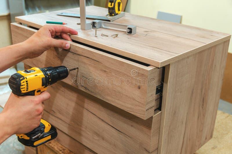 Zusammenbauen der Möbelnahaufnahme stockfoto