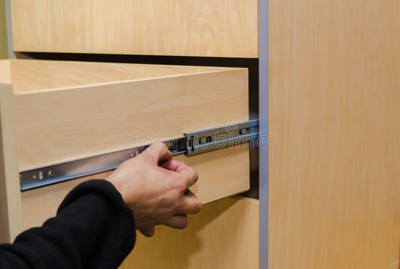 Zusammenbauen der Möbelnahaufnahme stockfotografie