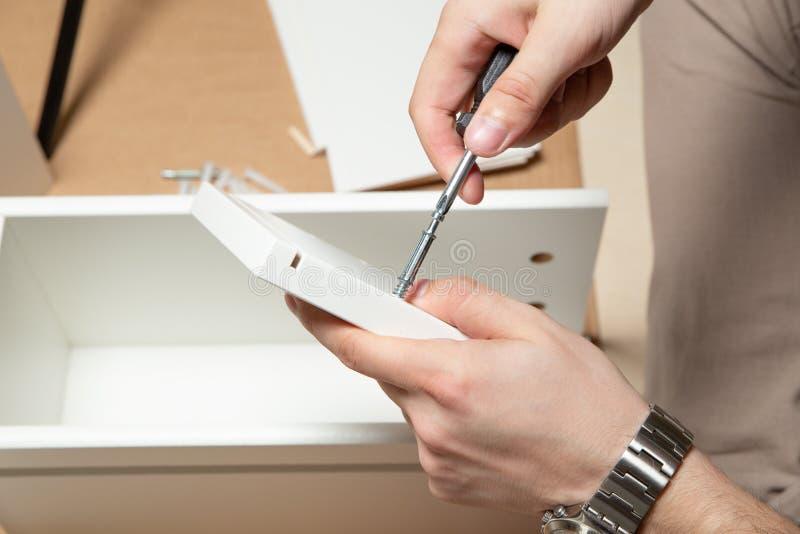 Zusammenbauen von Möbeln, Nahaufnahme des Werkzeugs in der Hand lizenzfreie stockbilder