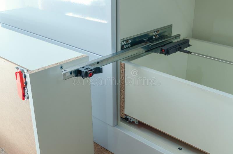 Zusammenbauende Möbel von der Spanplatte, unter Verwendung eines drahtlosen Schraubenziehers stockbilder