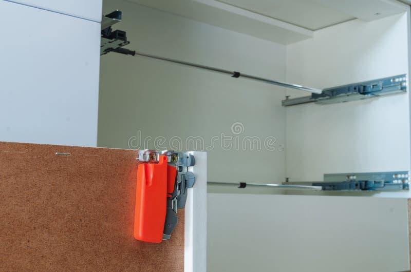 Zusammenbauende Möbel von der Spanplatte, unter Verwendung eines drahtlosen Schraubenziehers stockfotografie