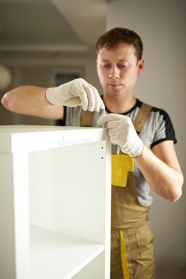 Zusammenbauende weiße Garderobe des Mannes lizenzfreie stockfotos