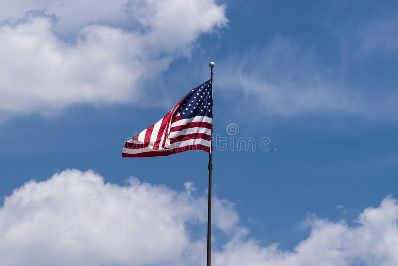 Zusammenfaltende US-Flagge, wie sie in den Wind wellenartig bewegt lizenzfreie stockfotografie