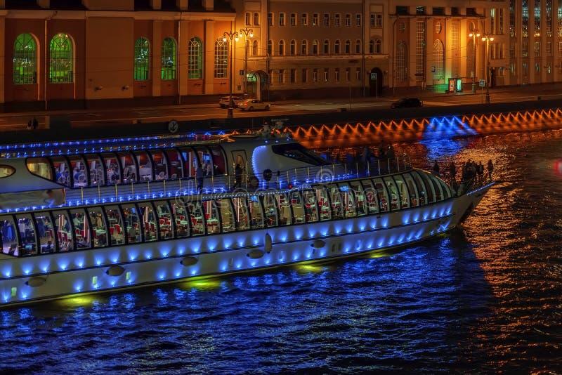Zusammenfassung belichtete Schiff für Reisen, Exkursionen mit unerkennbaren Schattenbildern von Touristen nachts in der Stadt lizenzfreie stockfotografie