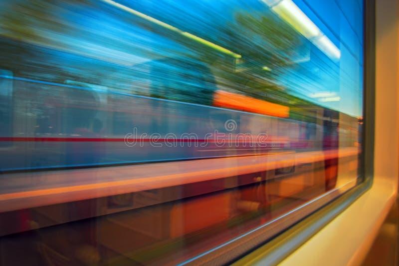 Zusammenfassung Bewegung-unscharfe Ansicht vom sich schnell bewegenden Hochgeschwindigkeitszug Bewegungsunschärfeansicht vom Fens stockfotos