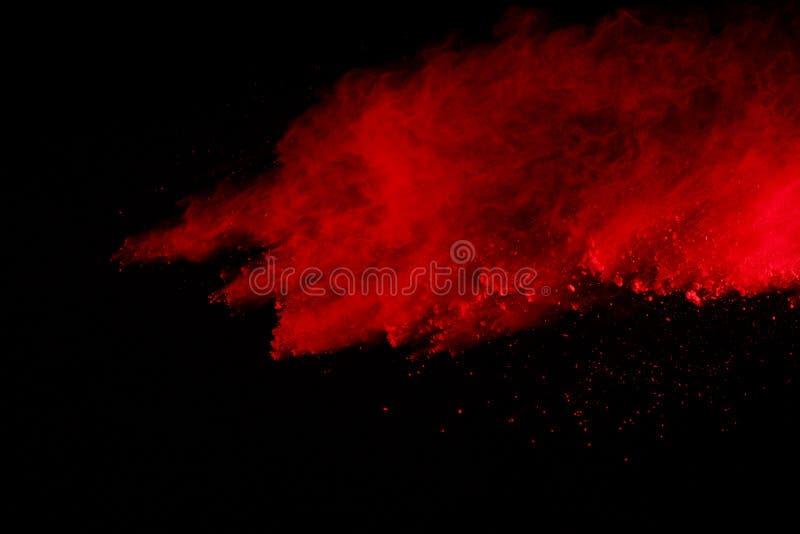Zusammenfassung der roten Pulverexplosion auf schwarzem Hintergrund Rotes Pulver splatted Isolat Farbige Wolke Farbiger Staub exp stockbild
