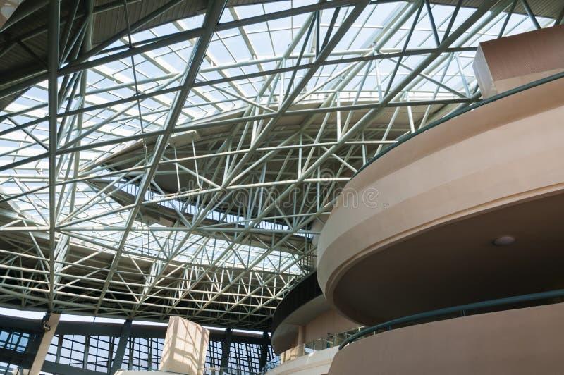 Zusammenfassung des errichtenden Innenraums der modernen Architektur lizenzfreie stockfotos