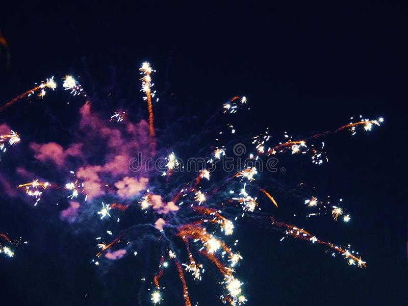 Zusammenfassung, Feuerwerke, unscharfes Bild Abstraktes Hintergrundmuster der weißen Sterne auf dunkelroter Auslegung Licht mit g lizenzfreie stockfotos