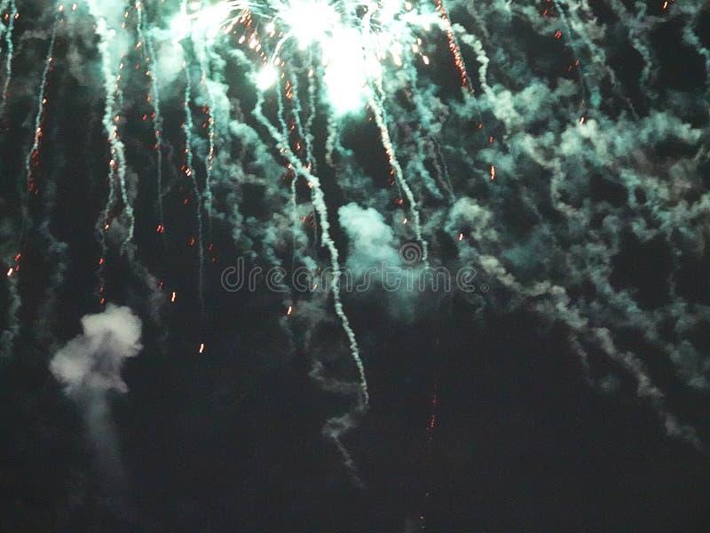 Zusammenfassung, Feuerwerke, unscharfes Bild Abstraktes Hintergrundmuster der weißen Sterne auf dunkelroter Auslegung Licht mit g stockbilder