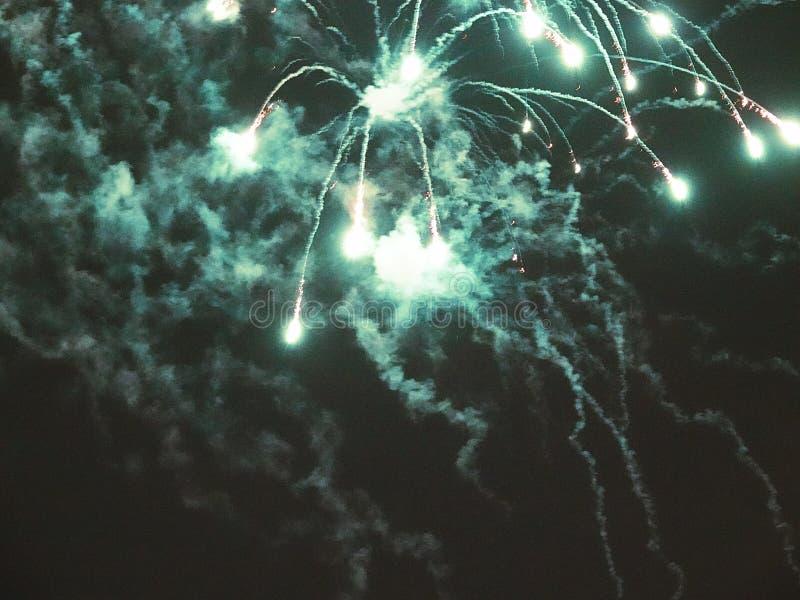 Zusammenfassung, Feuerwerke, unscharfes Bild Abstraktes Hintergrundmuster der weißen Sterne auf dunkelroter Auslegung Licht mit g stockfotos