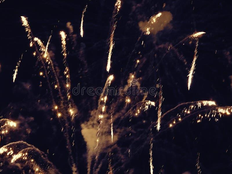 Zusammenfassung, Feuerwerke, unscharfes Bild Abstraktes Hintergrundmuster der weißen Sterne auf dunkelroter Auslegung Licht mit g lizenzfreie stockbilder