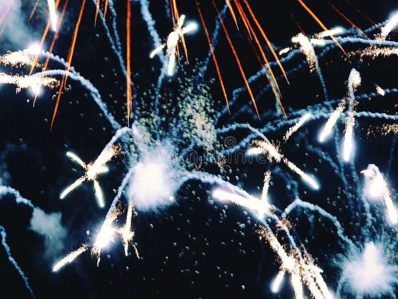 Zusammenfassung, Feuerwerke, unscharfes Bild Abstraktes Hintergrundmuster der weißen Sterne auf dunkelroter Auslegung Licht mit g lizenzfreie stockfotografie