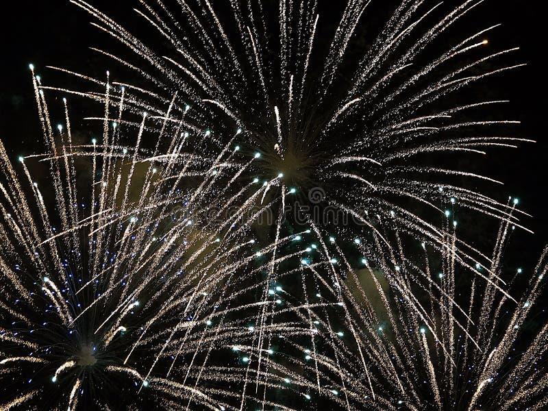 Zusammenfassung, Feuerwerke, unscharfes Bild Abstraktes Hintergrundmuster der weißen Sterne auf dunkelroter Auslegung Licht mit g stockfoto