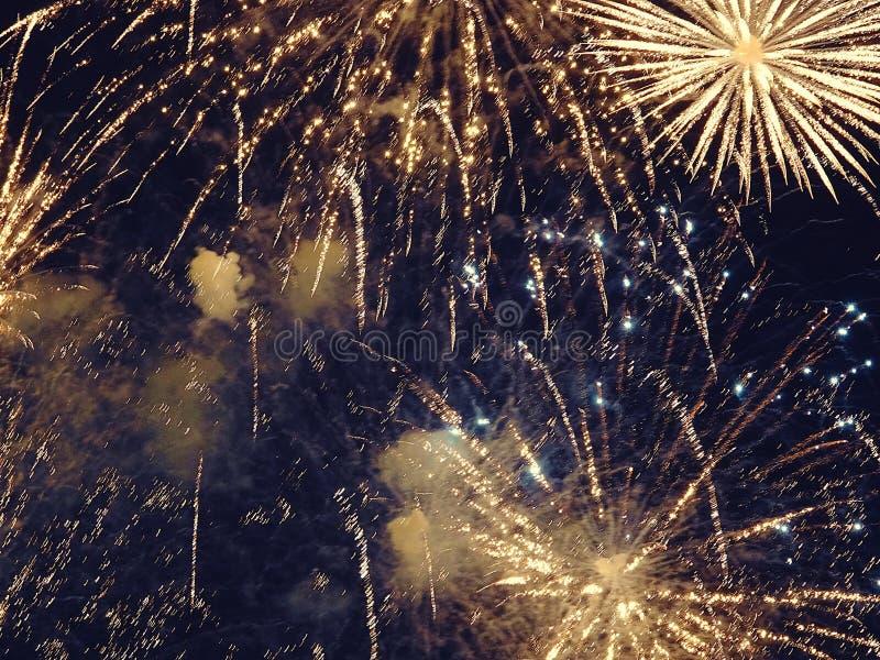 Zusammenfassung, Feuerwerke, unscharfes Bild Abstraktes Hintergrundmuster der weißen Sterne auf dunkelroter Auslegung Licht mit g lizenzfreies stockfoto