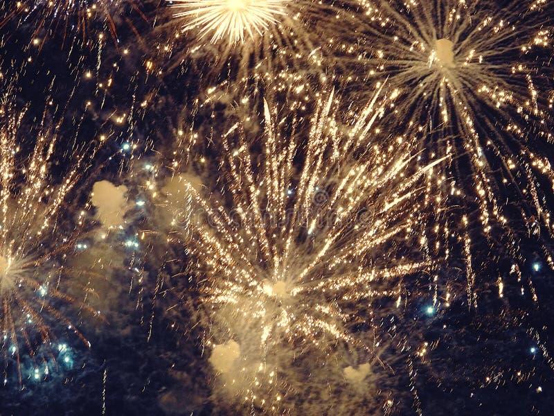 Zusammenfassung, Feuerwerke, unscharfes Bild Abstraktes Hintergrundmuster der weißen Sterne auf dunkelroter Auslegung Licht mit g lizenzfreies stockbild