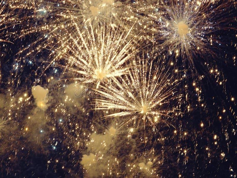 Zusammenfassung, Feuerwerke, unscharfes Bild Abstraktes Hintergrundmuster der weißen Sterne auf dunkelroter Auslegung Licht mit g stockbild